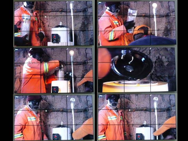 Người đàn ông đang gửi mẫu đi bằng hệ thống ống khí nén